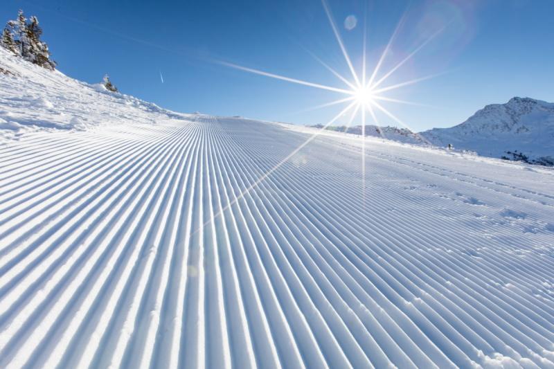 Frisch verschneite Skipiste - Kein Après-Ski in Österreich